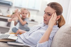 Allvarlig tokig moder som överbelastar med arbete arkivbild
