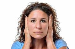 Allvarlig ung kvinna som blockerar henne öron Arkivbild