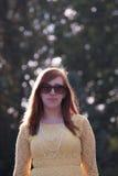 Allvarlig ung kvinna utanför royaltyfria bilder