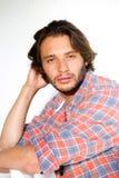 Allvarlig ung man med att stirra för skägg royaltyfria foton