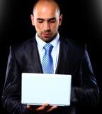 Allvarlig ung manlig ledare som använder den digitala minnestavlan Arkivbilder