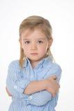 Allvarlig unge på vit bakgrund Arkivfoto