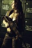 Allvarlig vapenflicka Royaltyfri Foto