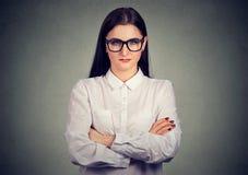 Allvarlig vresig kvinna i exponeringsglas fotografering för bildbyråer