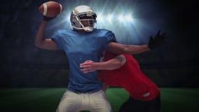 Allvarliga amerikanska fotbollsspelare som tacklar för boll lager videofilmer