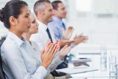 Allvarliga anställda som applausing för en presentation royaltyfri fotografi