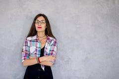 Allvarliga bärande exponeringsglas för ung kvinna Royaltyfri Fotografi