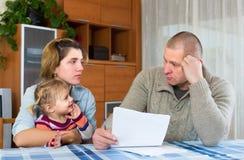 Allvarliga föräldrar som diskuterar föräldra- förmynderskap Arkivbild