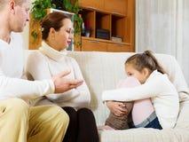 Allvarliga föräldrar som grälar på dottern Royaltyfri Bild