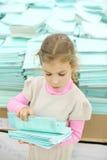 Allvarliga flickaomräkningar skolar anteckningsboken i lager fotografering för bildbyråer