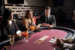 Allvarliga kortspelare i en kasino royaltyfri bild