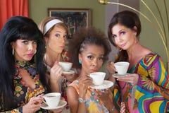 Allvarliga kvinnor som dricker te royaltyfri foto