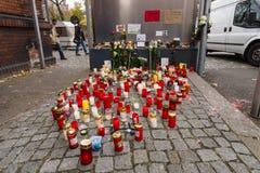 Allvarliga ljus för det döda barnet Muhammad, från familjen av flyktingar från Bosnien Royaltyfri Foto