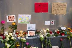 Allvarliga ljus för det döda barnet Muhammad, från familjen av flyktingar från Bosnien Arkivbild