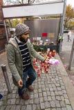 Allvarliga ljus för det döda barnet Muhammad, från familjen av flyktingar från Bosnien Royaltyfri Bild