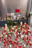 Allvarliga ljus för det döda barnet Muhammad, från familjen av flyktingar från Bosnien Royaltyfria Bilder