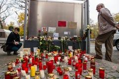 Allvarliga ljus för det döda barnet Muhammad, från familjen av flyktingar från Bosnien Arkivfoto
