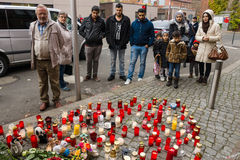 Allvarliga ljus för det döda barnet Muhammad, från familjen av flyktingar från Bosnien Fotografering för Bildbyråer