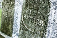 Allvarliga markörer för fader och för moder på en gammal kyrkogård arkivfoto