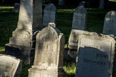 Allvarliga markörer på en gammal kyrkogård royaltyfri bild
