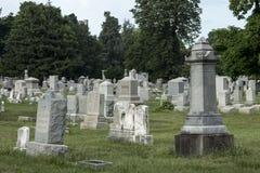 Allvarliga markörer på en gammal kyrkogård royaltyfri fotografi