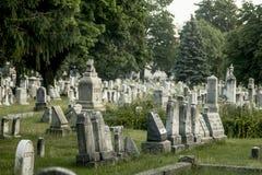 Allvarliga markörer på en gammal kyrkogård arkivfoton