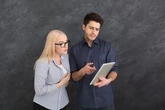 Allvarliga par genom att använda den digitala minnestavlan på studion Arkivbild