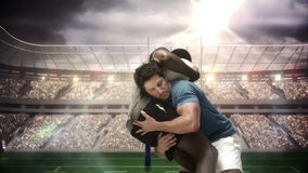 Allvarliga rugbyspelare som tacklar för boll lager videofilmer