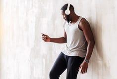 Allvarliga stiliga muskulösa afrikanska grabben som den har, kopplar av tid Royaltyfri Fotografi