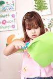 allvarligt barncuttingpapper royaltyfri foto