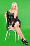 Allvarligt dana kvinnasammanträde på en stol Royaltyfria Bilder