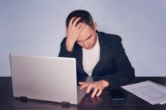 Allvarligt frustrerat affärsmanlidande från huvudvärkmigrän på arbetsplatsen Kännande tröttat utmattat Kronisk arbetsspänning Int arkivfoto