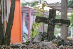 Allvarligt kors i en trädgård med träd i bakgrunden royaltyfria foton