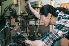 Allvarligt kvinnlig arbetare för malningmaskinfabrik Arkivfoton