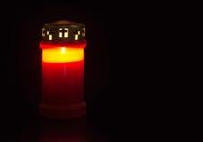 Allvarligt ljus, kyrkogårdstearinljus med reflexion - verklig stearinljus i pl Arkivbilder