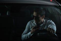 allvarligt manligt hemligt medel i solglasögon genom att använda talande walkie royaltyfria foton