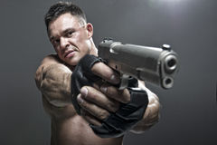 Allvarligt manligt innehav ett vapen Arkivbilder