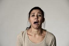 Allvarligt och bekymrat skriande desperat spela över för spansk ledsen kvinna på mening deprimerat arkivfoton