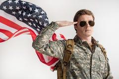 Allvarligt salutera för ung man för USA militärt arkivfoton