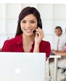 allvarligt samtal för affärskvinnahörlurar med mikrofon Arkivfoto