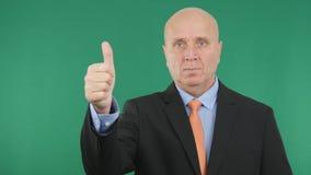 Allvarligt tecken för jobb för gester för affärsmanMake Thumbs Up hand bra royaltyfria bilder