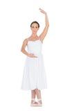 Allvarligt ungt balettdansöranseende i en posera royaltyfri bild