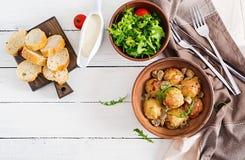 Almôndegas caseiros deliciosas com molho de creme do cogumelo imagem de stock