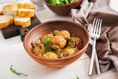 Almôndegas caseiros deliciosas com molho de creme do cogumelo Culinária sueco foto de stock
