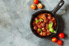 Almôndegas de sueco com molho de tomate na opinião superior da frigideira Imagens de Stock Royalty Free