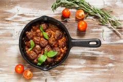 Almôndegas de sueco com molho de tomate na opinião superior da frigideira Fotos de Stock