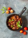 Almôndegas de sueco com molho de tomate na opinião superior da frigideira Fotografia de Stock