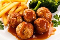 Almôndegas do assado com batatas fritas e vegetais Fotografia de Stock