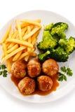 Almôndegas do assado com batatas fritas e vegetais Imagem de Stock Royalty Free