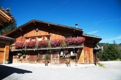 Alm bonito nos cumes, Áustria foto de stock